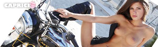 Caprice posa encima de una moto