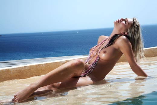 Danae se refreca en la piscina